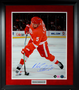 NICKLAS LIDSTROM Signed 16 x 20 (DRW) Framed with Nameplate (Action)
