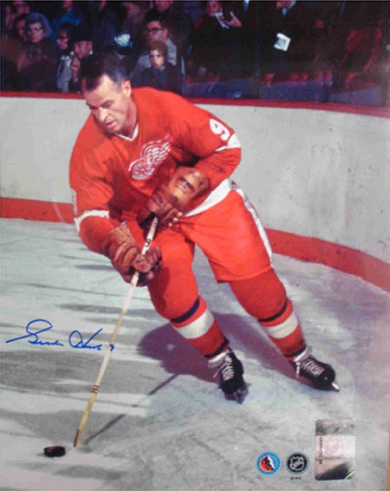 Gordie Howe Signed 8x10 Rounding the Net