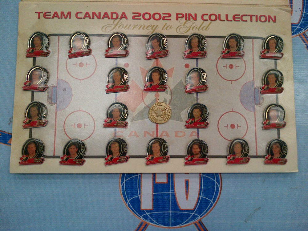 TEAM CANADA 2002 OLYMPIC MENS HOCKEY TEAM PIN SET & FOLDER *GOLD MEDAL WINNERS*
