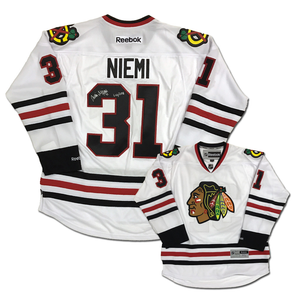 ANTTI NIEMI Signed Chicago Blackhawks White Reebok Jersey with CUP 2010 Inscription