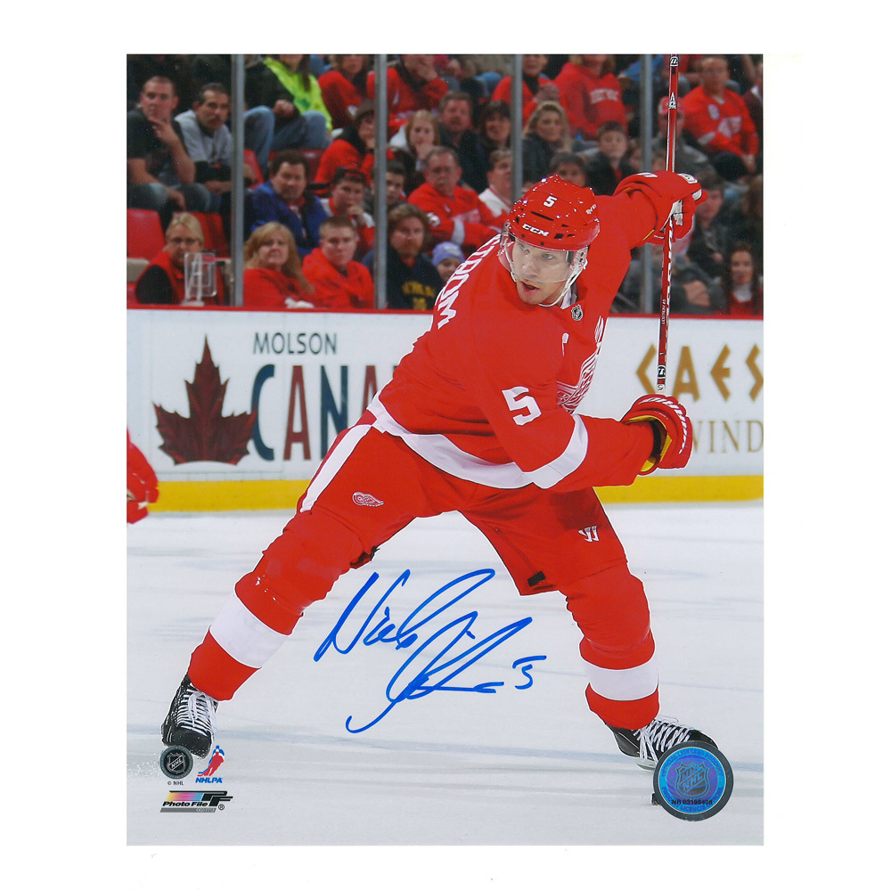 NICKLAS LIDSTROM Signed Detroit Red Wings 8 X 10 Photo - 70155
