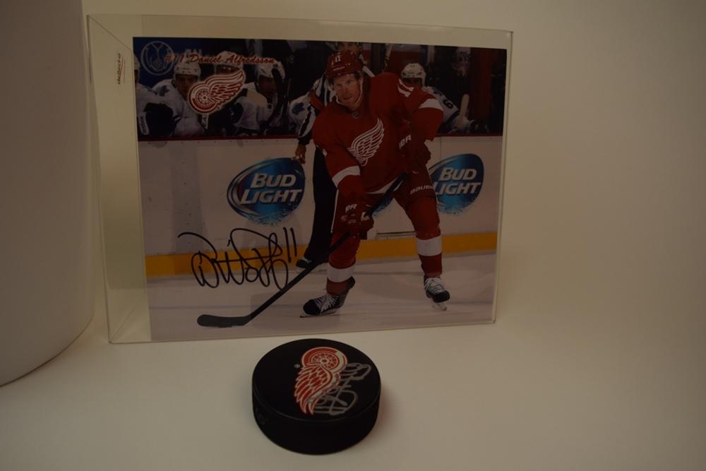 Photo et rondelle autographiées par Daniel Alfredsson des Red Wings de Detroit   Photo and puck autographed by Daniel Alfredsson of the Detroit Red Wings